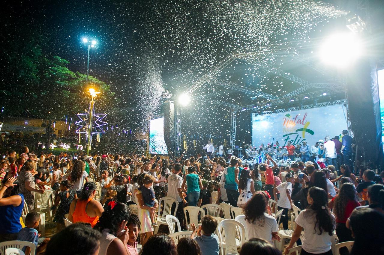 Curionópolis inaugura iluminação natalina com muita neve e alegria
