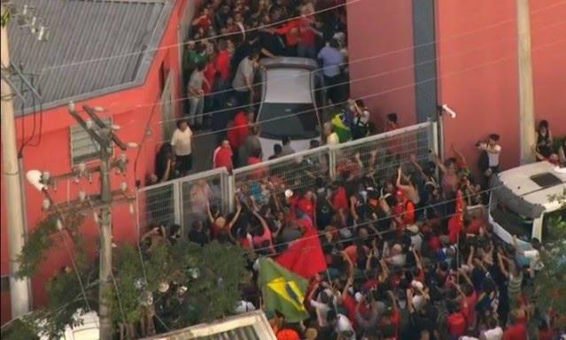 Acabou a novela. Lula se entrega a PF e embarca rumo a Curitiba