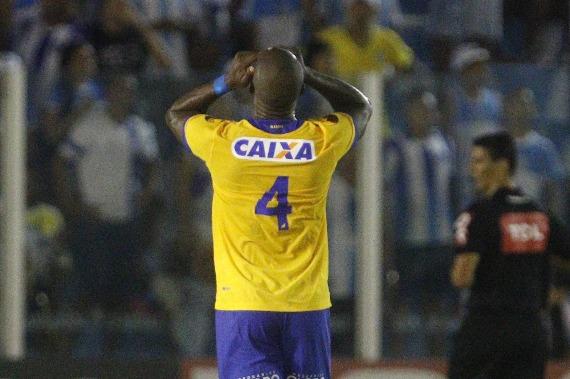 Com gol contra do goleiro, Paysandu perde para o São Bento e afunda de vez na Z4
