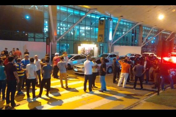 Táxistas e motoristas de aplicativos de transporte se hostilizam em aeroporto de Belém