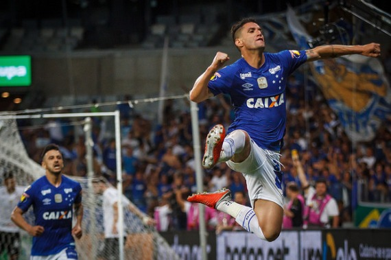 Thiago Neves brilha e Cruzeiro sai na frente do Corinthians na final