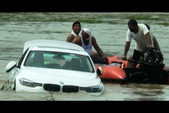 Jovem fica insatisfeito e joga BMW em rio de propósito após não ganhar um Jaguar