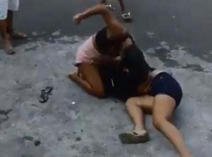 Filha 'vinga' a mãe e surra amante do pai até a morte no meio da rua