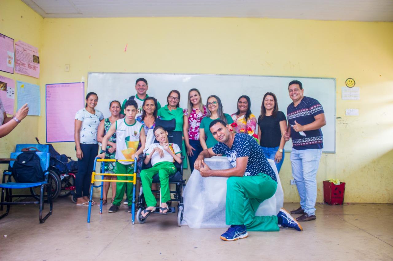 Prefeitura entrega cadeiras de rodas ortopédicas para alunos em Curionópolis