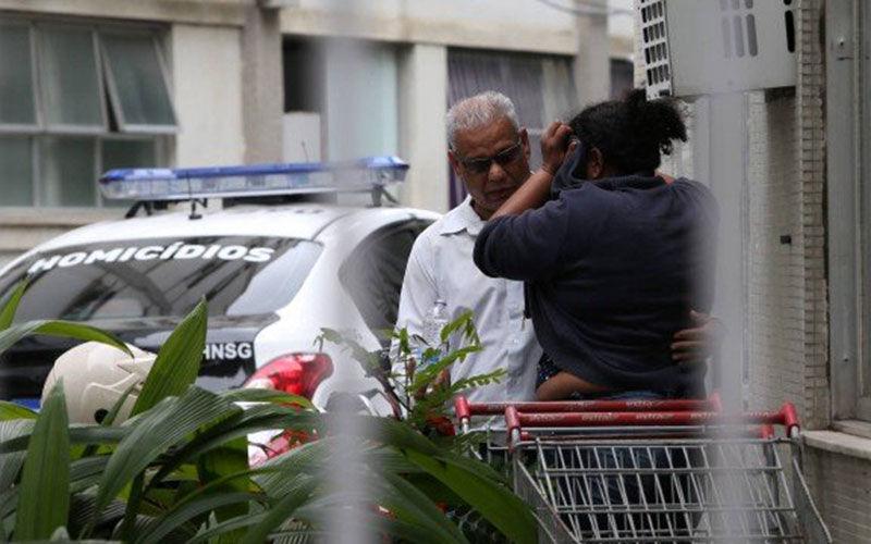 Mãe de sequestrador de ônibus é consolada por pai de vítima