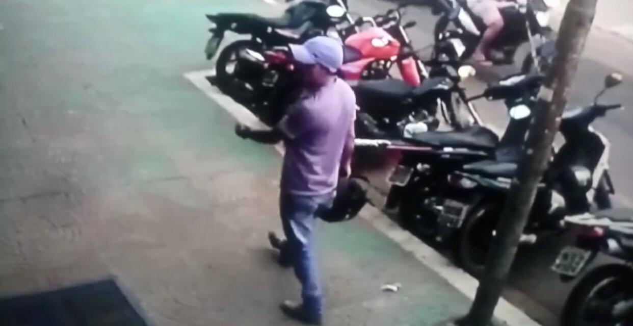 Câmeras flagram ladrão furtando Pop em Parauapebas. Proprietária procura por veículo