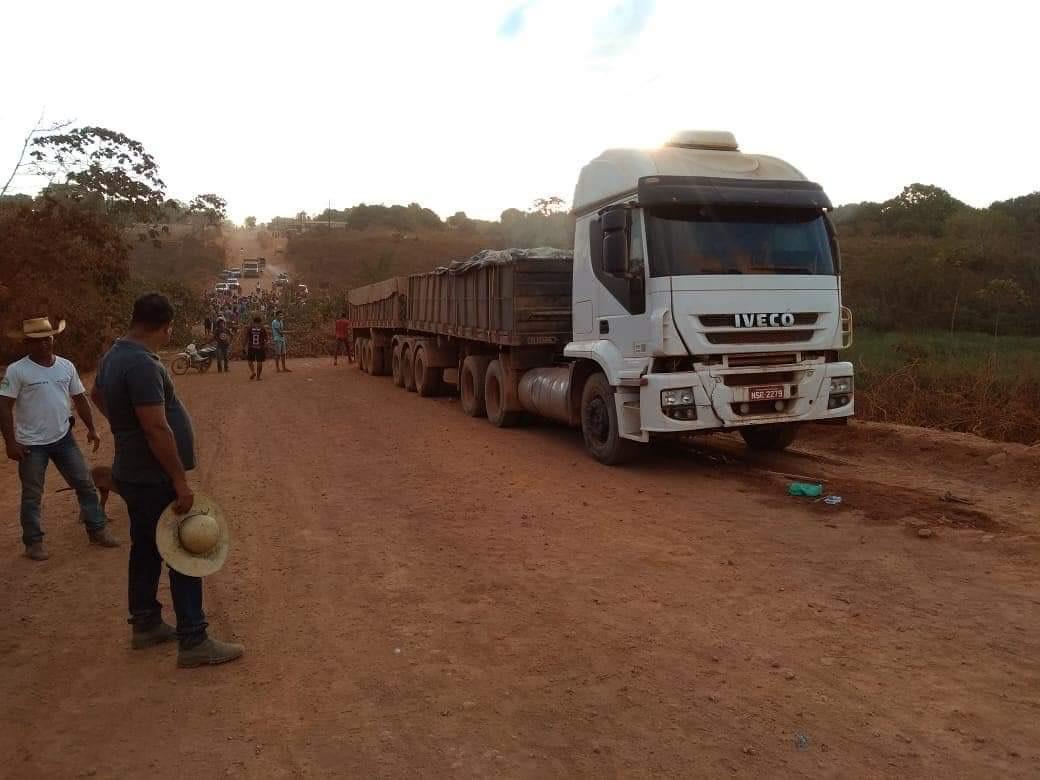 População põe fogo em caminhão que dilacerou corpos de adolescentes na Vila Três Poderes