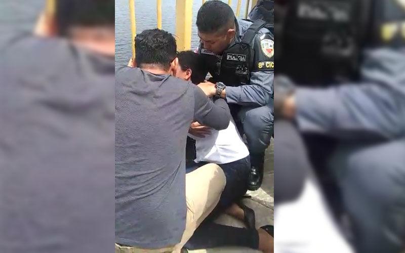Mulher de pastor tenta se jogar de ponte após flagrar marido com travesti