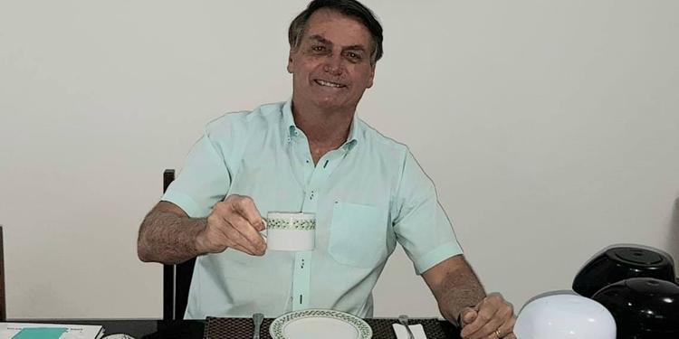 Bolsonaro diz que está 'muito bem' e que segue tomando hidroxicloroquina contra Covid-19