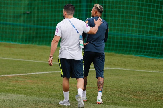 Neymar vai a campo, mas sai mancando de treino da Seleção