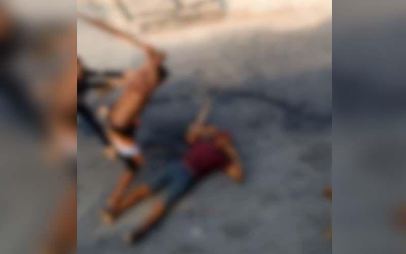 Imagem muito forte! Flanelinha mata rival a pauladas no meio da rua