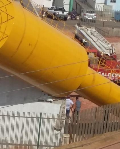 Caixa d'água cai sobre escola em construção no Residencial Alto Bonito