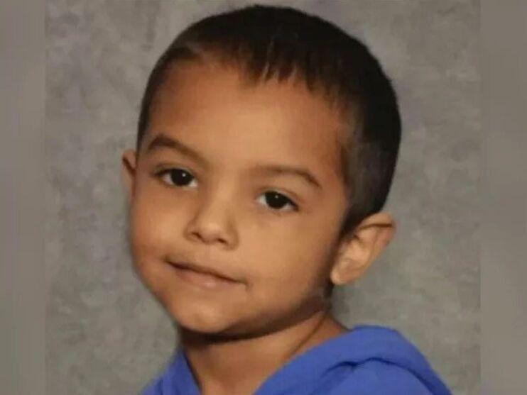 Criança morre de fome após ser trancada em armário pelos pais